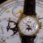 """שעון הפטק פיליפ רפרנס 2499 עם הכיתוב """"Asprey"""". מקור - VOANEWS"""