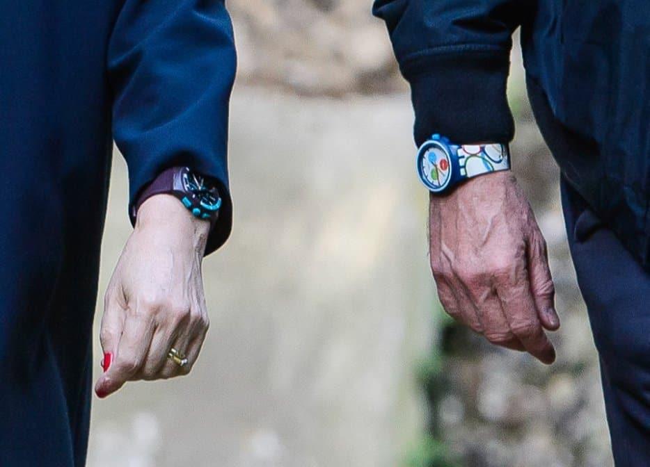 תרזה מיי ובעלה עם שעונים זהים - סווטש פלסטיק.