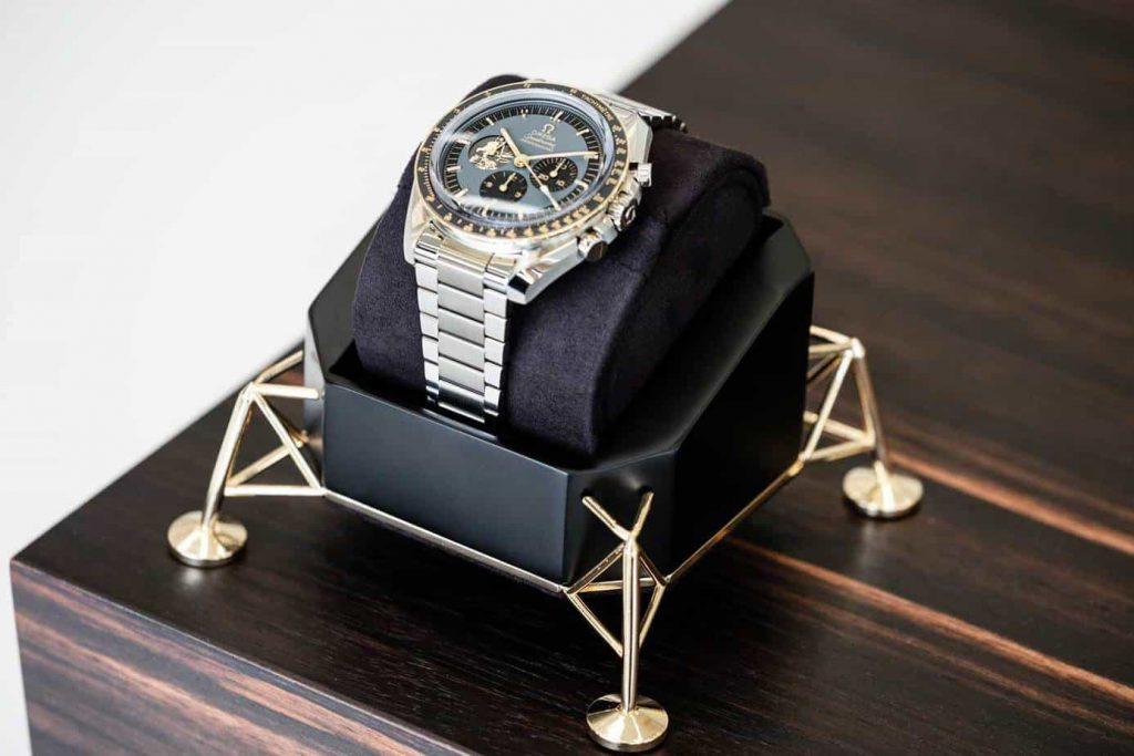 שעון האומגה ספידמסטר אפולו 11 שנת ה-50 מהדורה מוגבלת בפלדת אל-חלד. מקור - REVOLUTION.