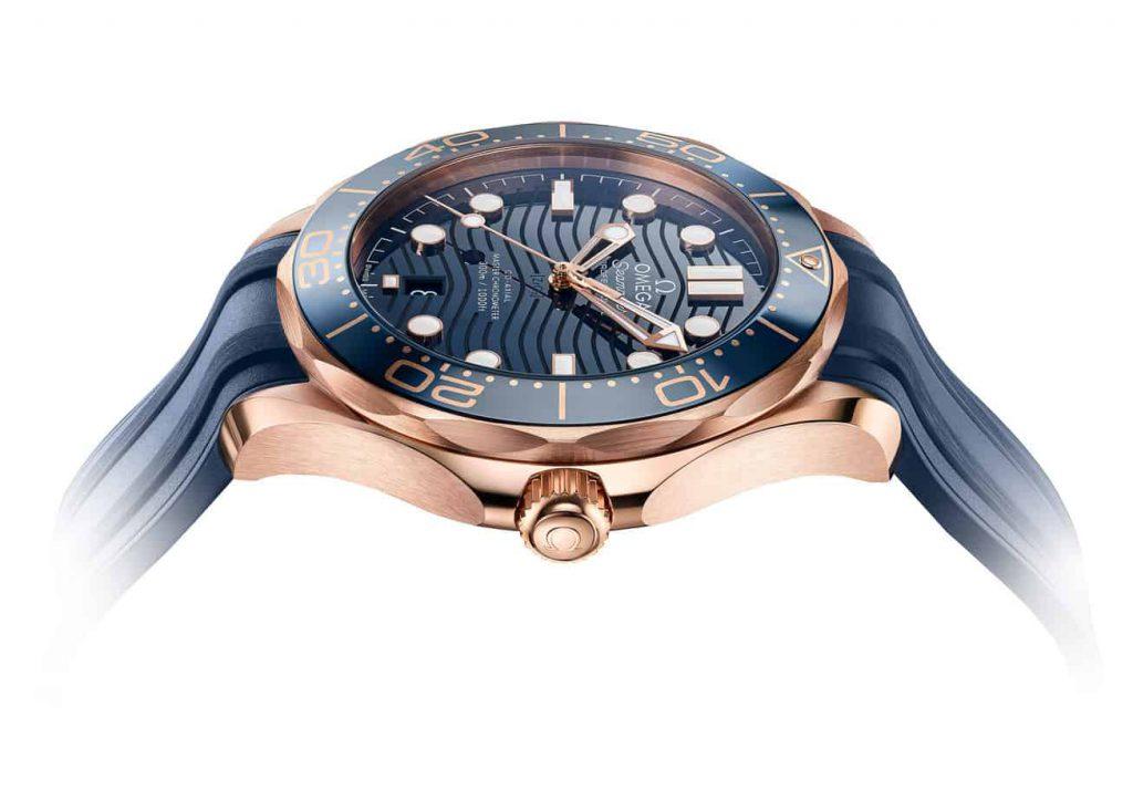 שעון אומגה סימסטר 300 בזהב סדנה 18 קראט עם לוח קרמי כחול. מקור - Fratello Watches.