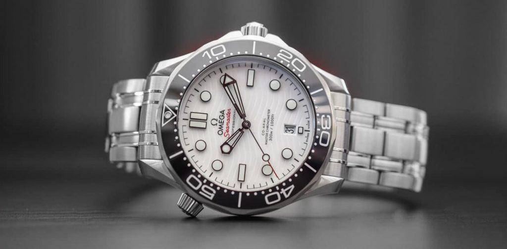 שעון אומגה סימסטר דייבר 300 מטרים עם לוח קרמי לבן. מקור - Monochrome.