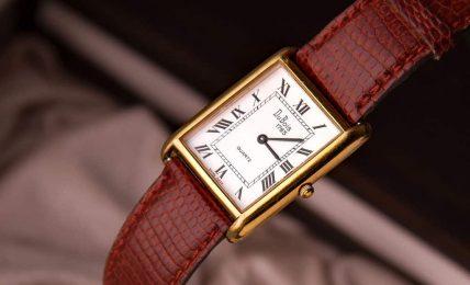שעון יוקרה עם רצועת עור אקזוטי.