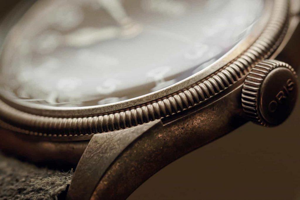 דוגמה לתהליך הכימי שעובר השעון. מקור - Monochrome Watches.