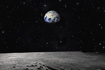 אקר על הירח. מקור - Virgin Experience Days.