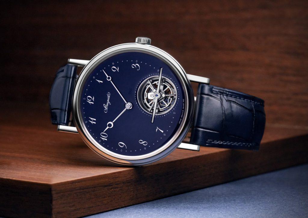 השעון מגיע עם רצועת עור תנין כחולה. מקור - Watchtime.