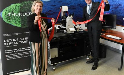 התרומות של יצרניות השעונים - בולגרי תורמת מיקרוסקופ תלת ממדי למכון מחקר בבית חולים ברומא. מקור - פייסבוק בולגרי.