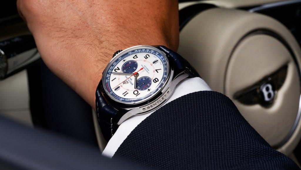 השעון על רקע מכונית הבנטלי מולינר. מקור - ברייטלינג.