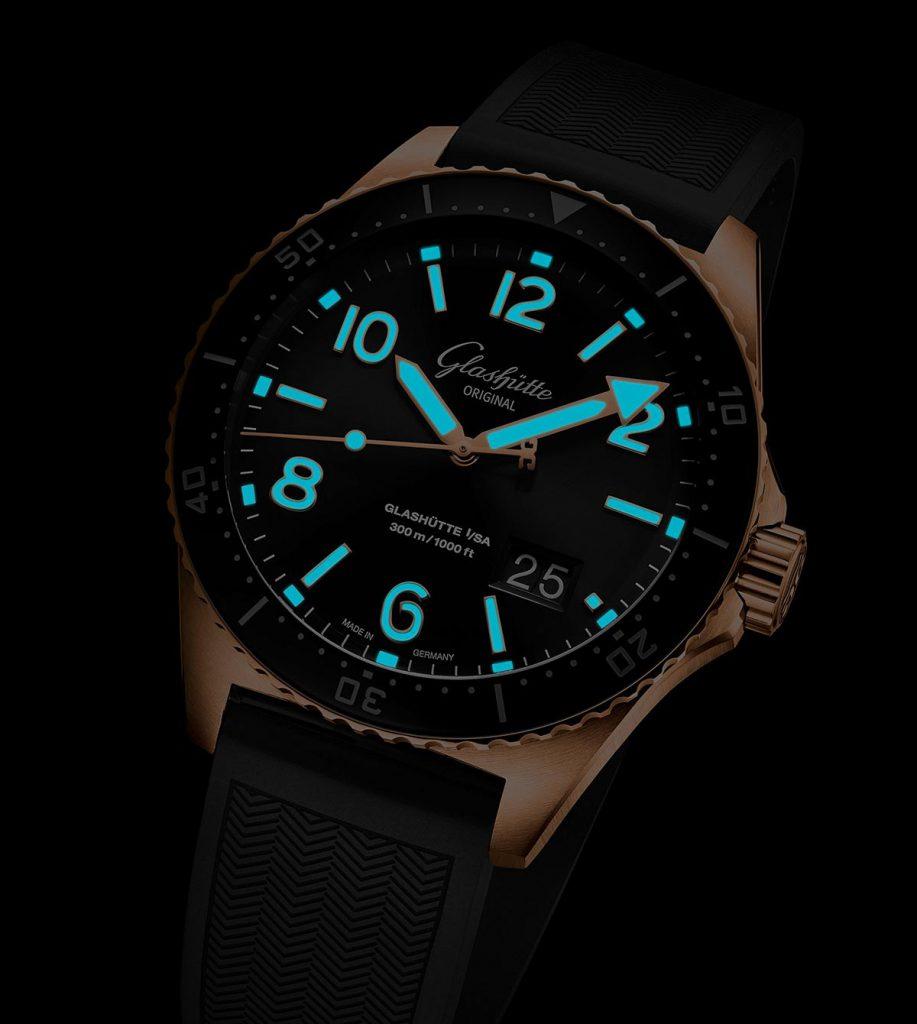 תאורה מיוחדת ללוחות השעונים. מקור - TimeandWatches.