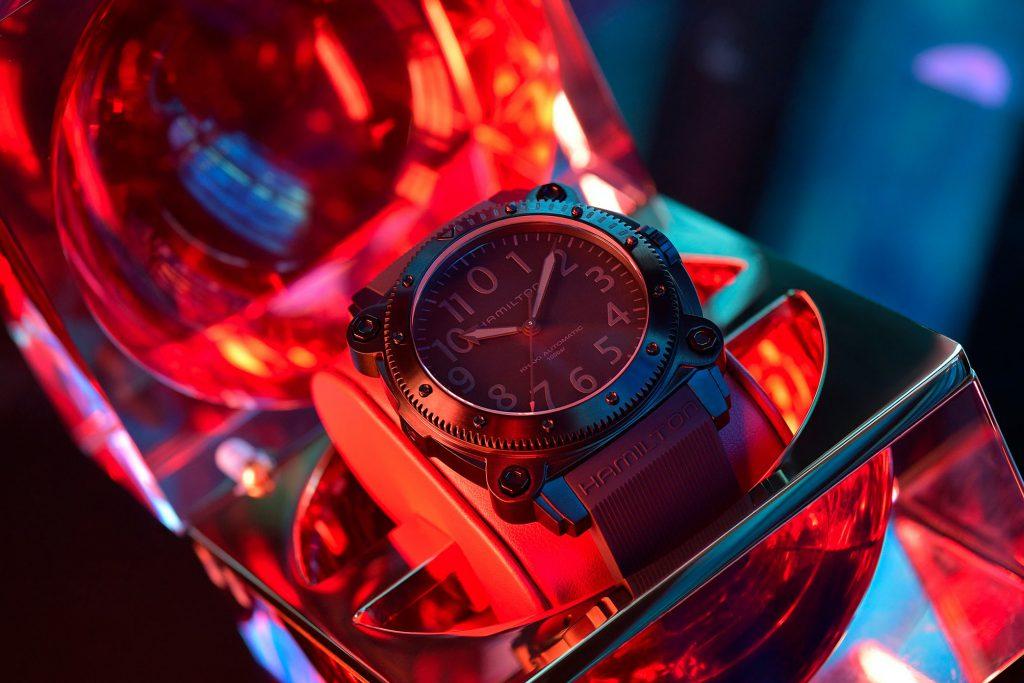 Tenet - המלצת צפייה ושעון לחובבי שעונים. מקור - Hodinkee.