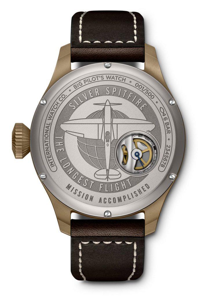קליבר 59235 בגב השעון עם תצוגת רזרבת כוח. מקור - Monochrome Watches.