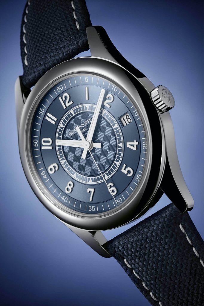 רצועת עור עגל כחולה עם גימור דמוי בד. מקור - Monochrome Watches.
