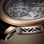 עיטורי זהב לבן בגוף השעון. מקור - TimeandWatches.