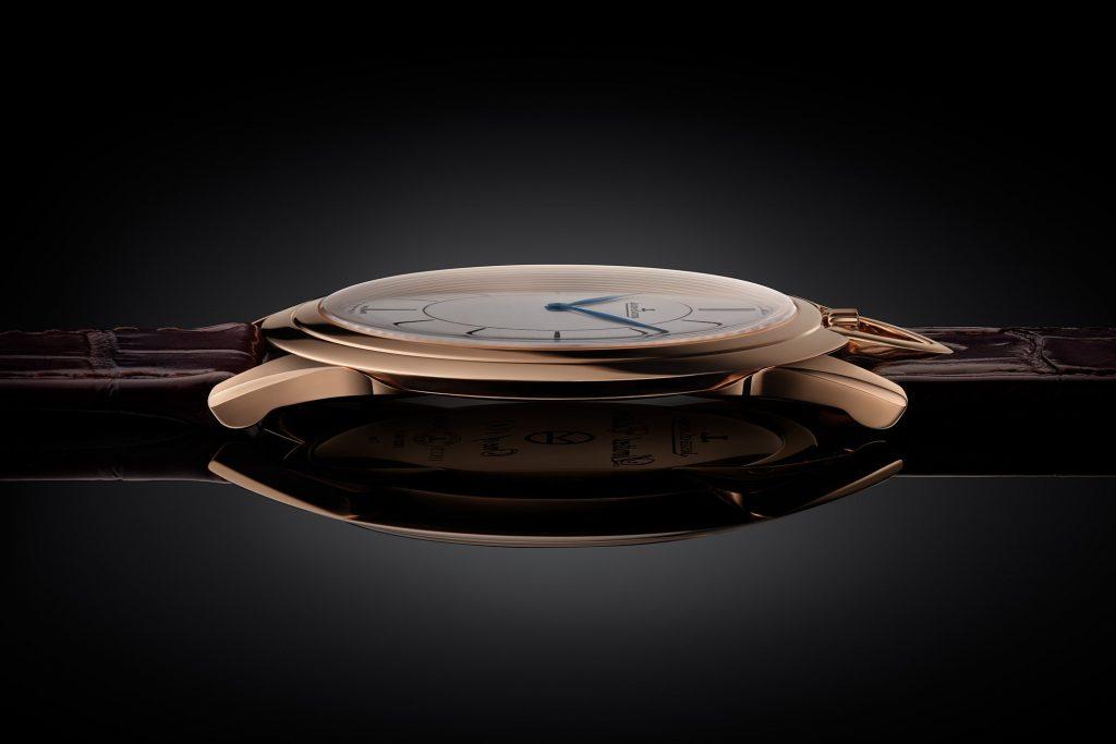 בזל מדורג מסביב לזכוכית הספיר של השעון. מקור - Monochrome Watches.