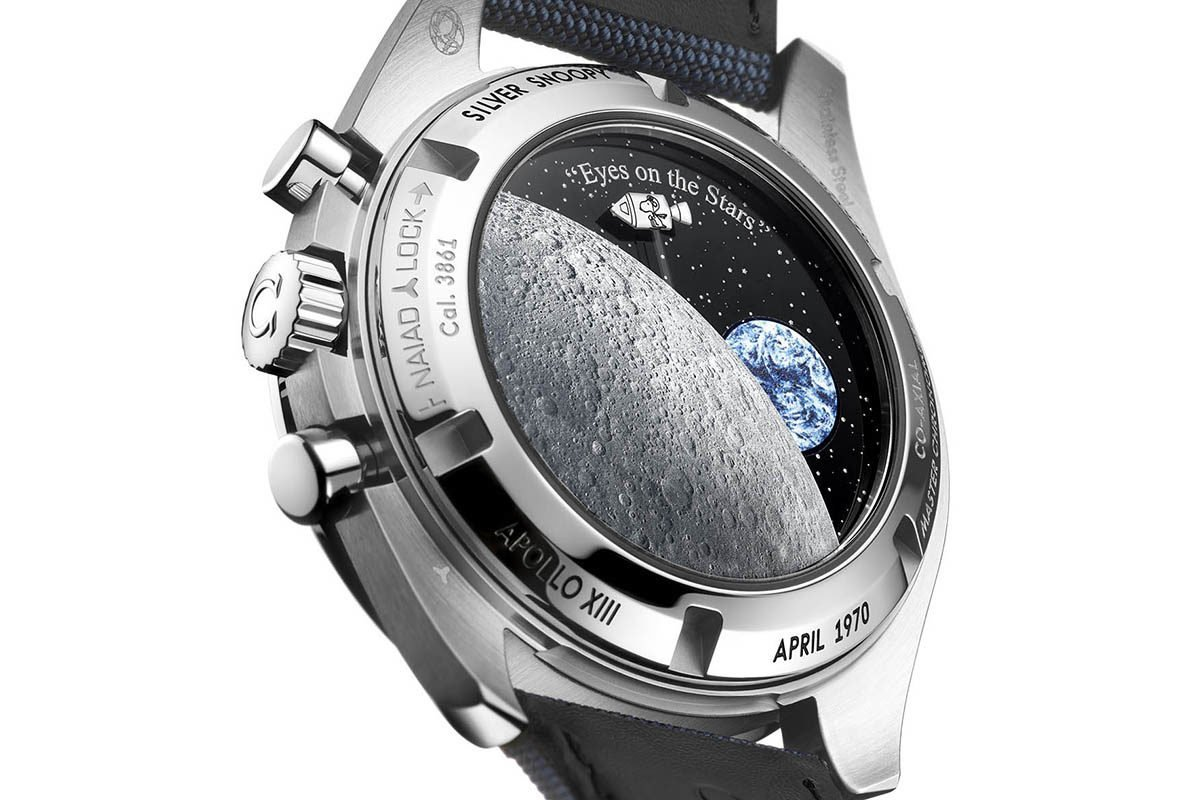 גב השעון עם כדור הארץ ורכב החלל עם סנופי נעים בסנכרון עם מחוג השניות. מקור - Monochrome Watches.
