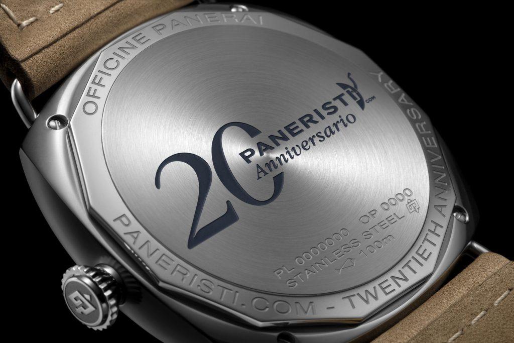 כיתוב על גב השעון לציון 20 שנה לקהילת פנריסטי. מקור - Hodinkee.