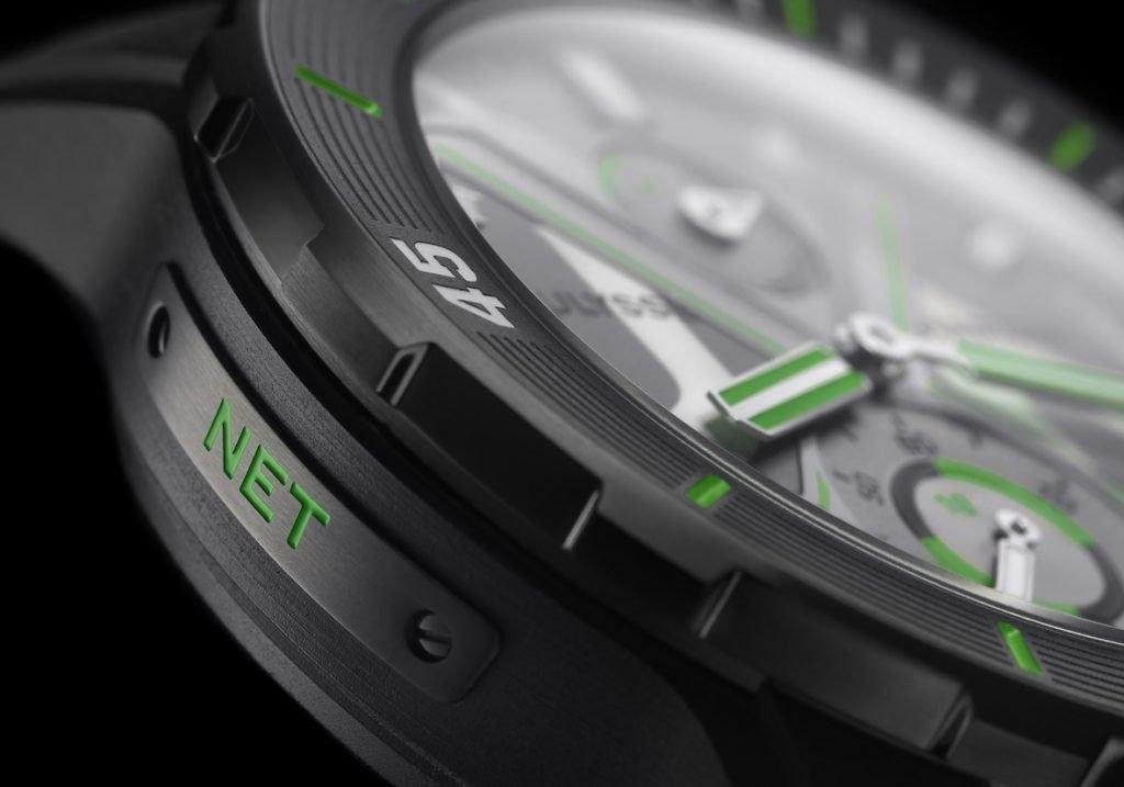 נגיעות של ירוק בשעון כולו. מקור - A Timely Perspective.