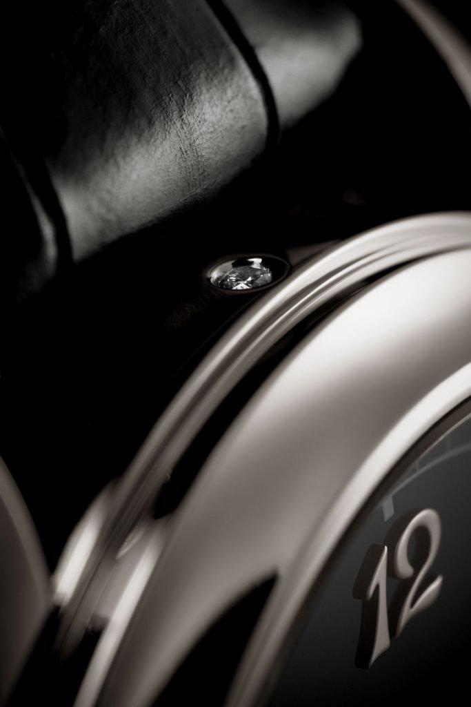 פטק פיליפ משלבת לרוב יהלום בגוף השעון כדי לציין כי מדובר בגוף פלטינה. מקור - Revolution.