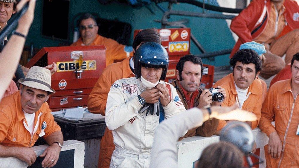 סטיב מקווין במהלך צילומי הסרט עונד את השעון. מקור - פיליפס.