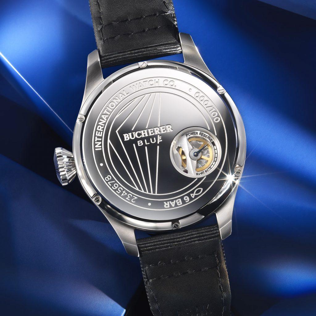 מד רזרבת כוח והכיתוב בוכרר BLUE בגב השעון. מקור - Monochrome Watches.