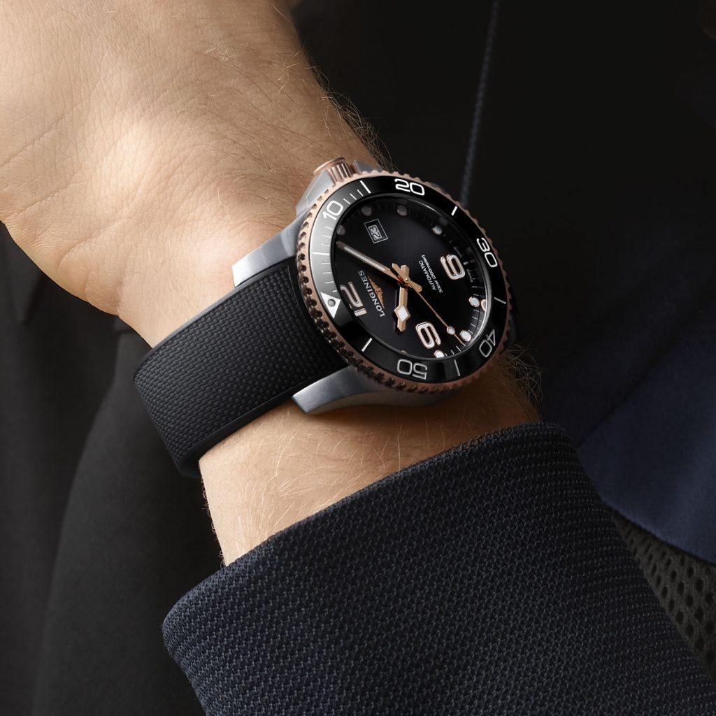 לונג'ין הידרו-קונקווסט טו-טון. מקור - Monochrome Watches.