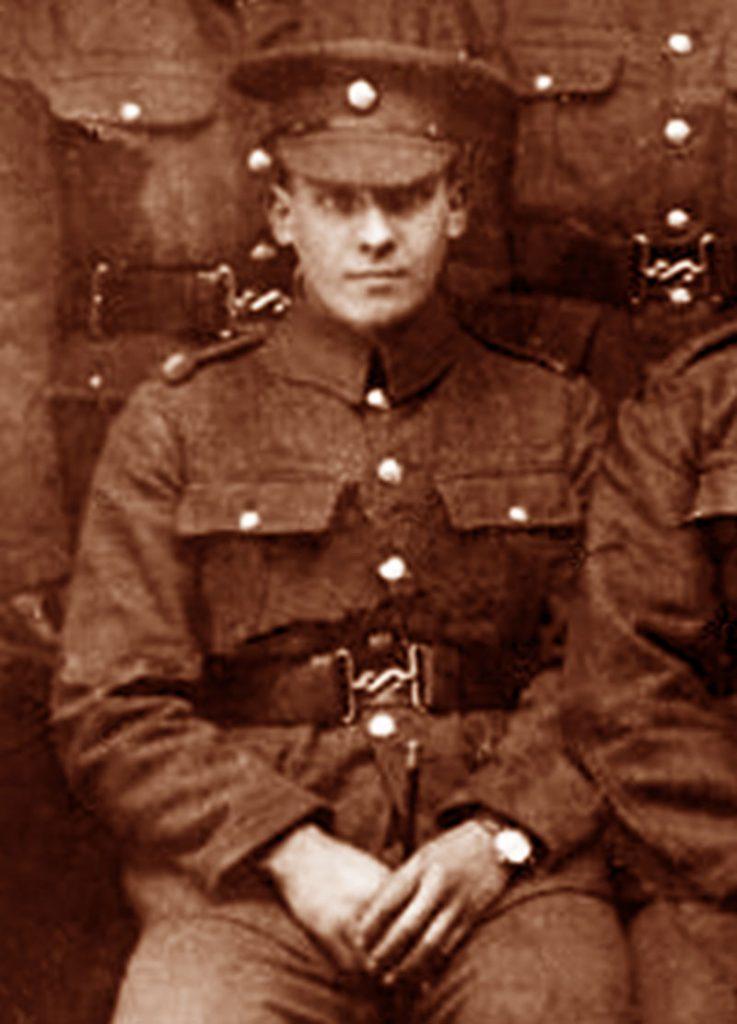 ההיסטוריה של שעונים ומלחמות. תמונה נדירה של חייל בריטי עונד שעון יד בשנת 1917 במהלך מלחמת העולם הראשונה. מקור - ROLEXMAGAZINE.