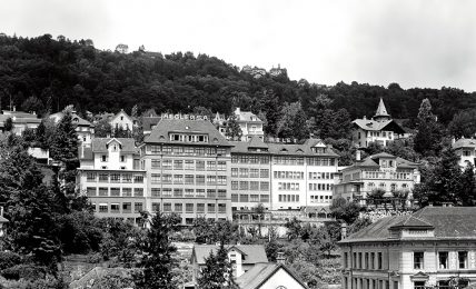 הסוד הגדול של רולקס - המפעל של אגלר בביין ולצידו משרדי רולקס. מקור - RolexMagazine.
