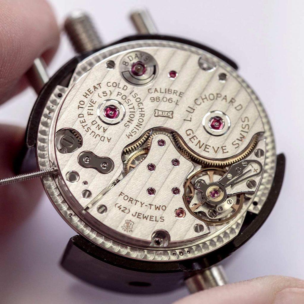 חותם ג'נבה על מנגנון השעון. מקור - TimeandWatches.