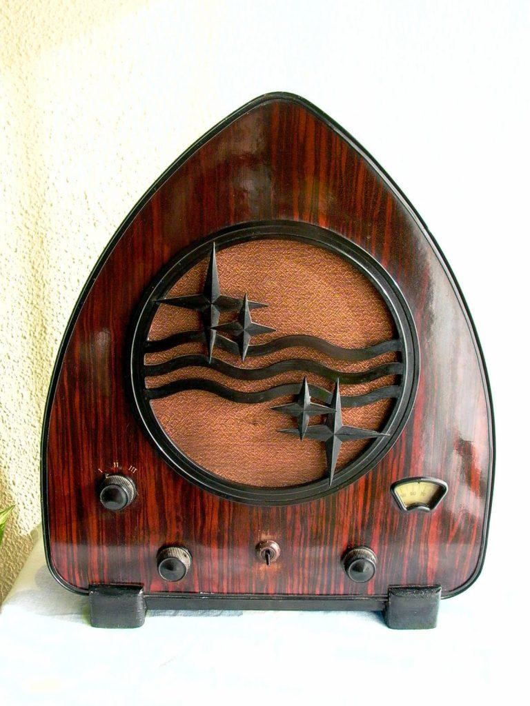 מקלט רדיו פיליפס 930 בעיצוב בסגנון הארט דקו. מקור - ויקיפדיה.