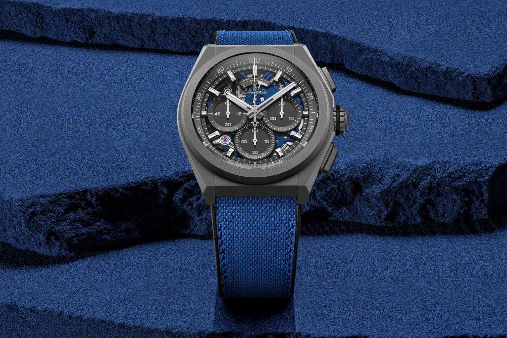 הניגודיות המיוחדת בין הטיטניום בגוון מט לבין רכיבי השעון הכחולים. מקור - Monochrome Watches.