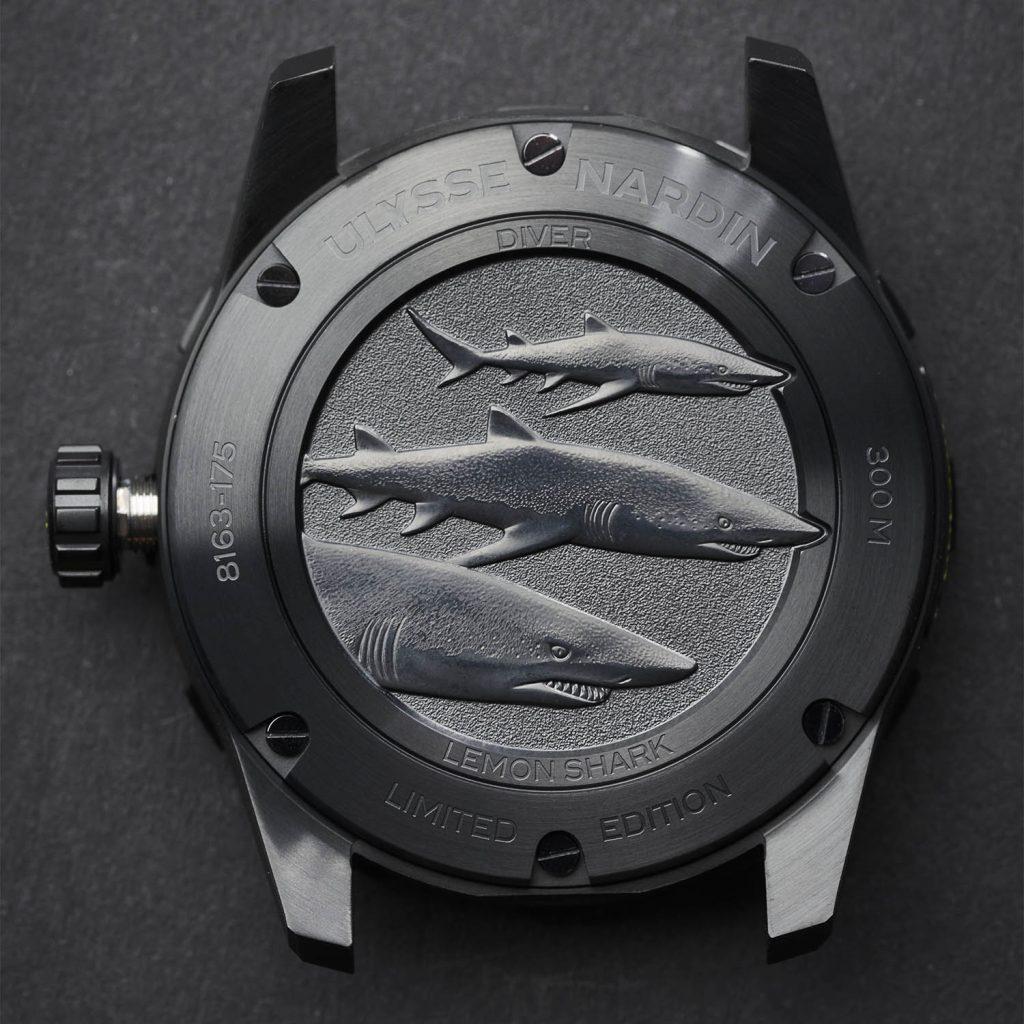 תחריט של שלושה כרישים לימוניים בגב השעון. מקור - Monochrome Watches.
