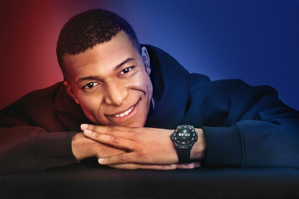 שעוני היוקרה של כוכבי פריז סן ז'רמן - אמבפה עם שעון חכם של הובלו, בפרסומת של החברה. מקור - הובלו.