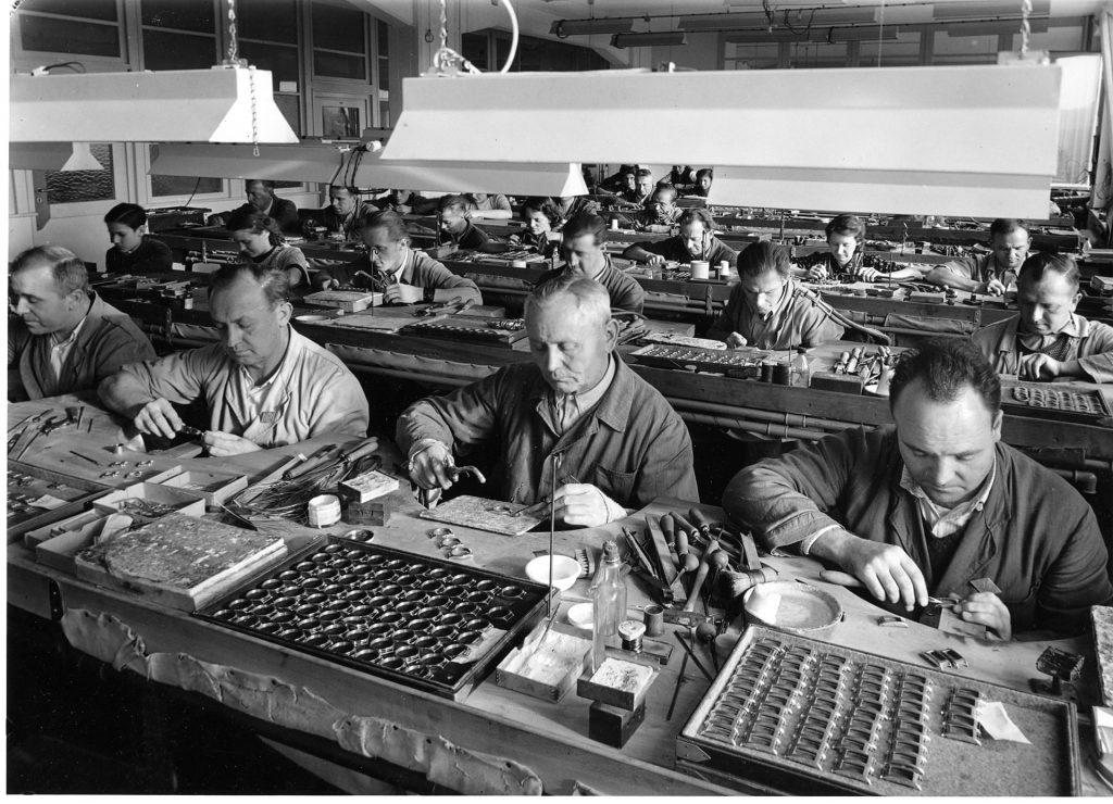 עובדים במפעל של LACO. מקור - WIKIWAND.