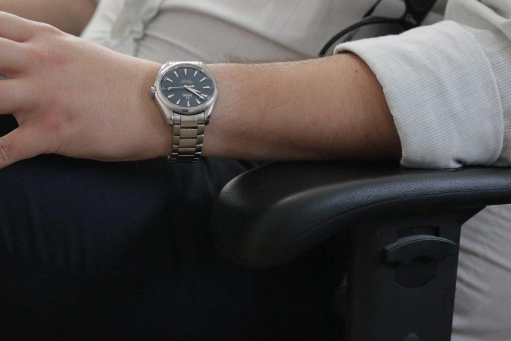 השעון על היד.