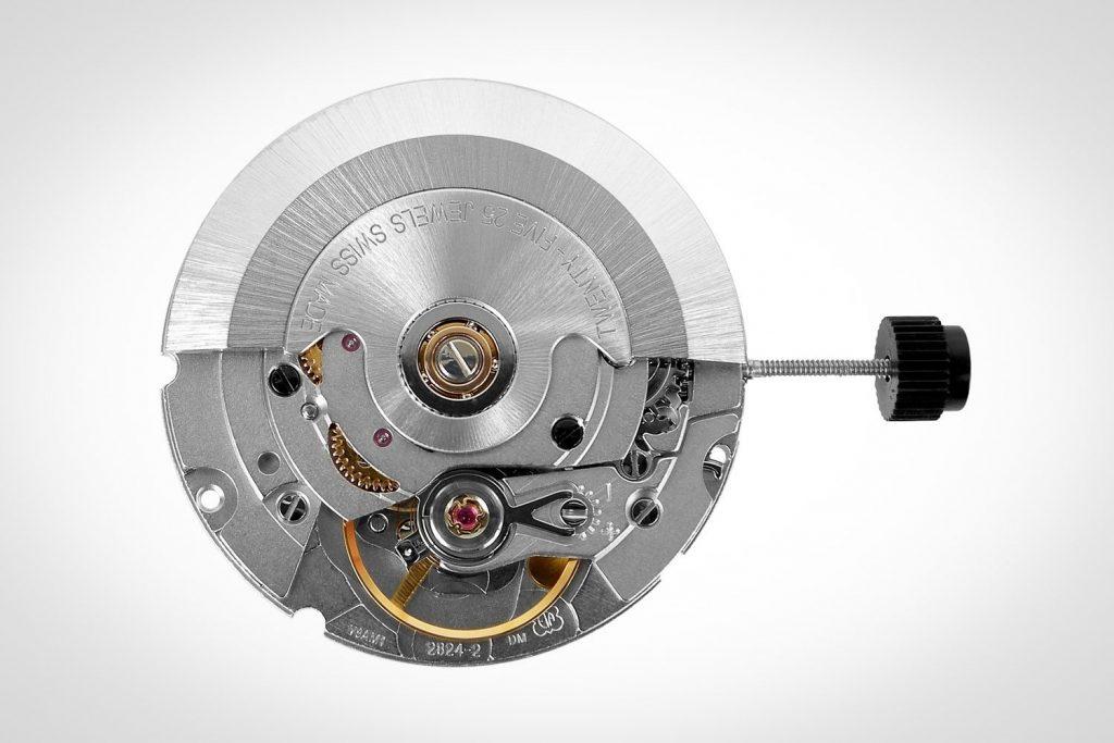 ETA-קבוצת סווטש ורשות ההגבלים בשוויץ - קליבר ETA 2824-2 - מאבני היסוד של תעשיית השעונים השוויצרית. מקור - Monochrome Watches.