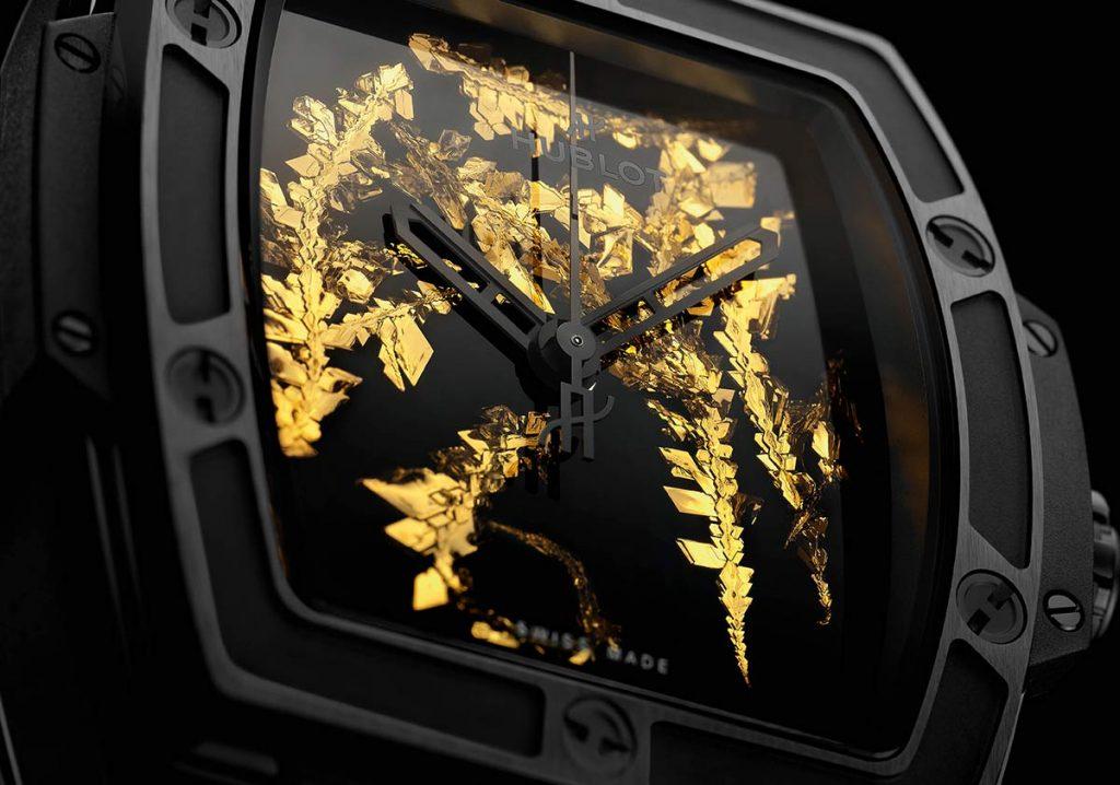 הלוח המיוחד של השעונים עם הקריסטלים של הזהב. מקור - TimeandWatches.